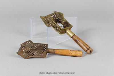 Sistres en métal avec une poignée en bois