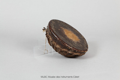Tambour circulaire sur caisse en bois et peau de chèvre