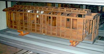 Kastengerippe eines dreiachsigen Durchgangswagens 2./3. Klasse, Modell 1:5