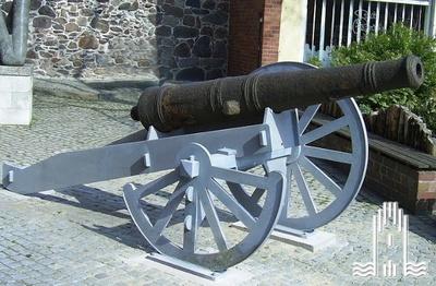 Kanonenrohr: Gewicht ca. 700 Kg, Kaliber ca. 9cm; 6 Pfünder Nach einer Geschützordnung von 1591 entspicht das einer Falkona.