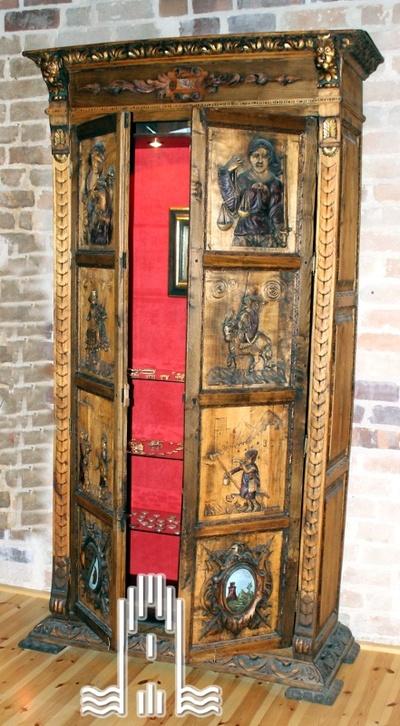 Renaissanceschrank mit Schnitzereien, Motive aus der Ritterzeit