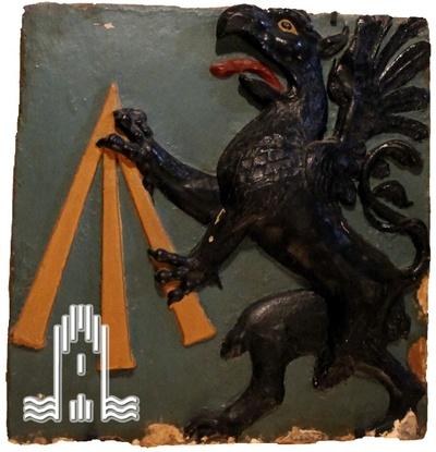 Sandstein Relief des Anklamer Wappens. Der Greif von Anklam wird dargestellt.