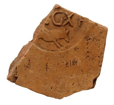 Fragment eines Dachziegels der 10. Legion aus Judäa mit Keiler und Legende