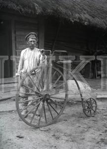 Fotonegatīvs. Vīrietis demonstrē paša izgatavotu velosipēdu Rēzeknes apriņķa Stirnienas pagastā.