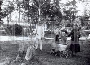 Fotonegatīvs. Siena pļāvēji Ludzas apriņķa Mērdzenes pagasta Vernaišu ciemā.