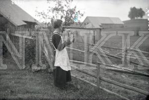 Fotonegatīvs. Lopu saukšana mājās, sitot klapi Cēsu apriņķa Vecpiebalgas pagasta Jaunģibuļu mājās.