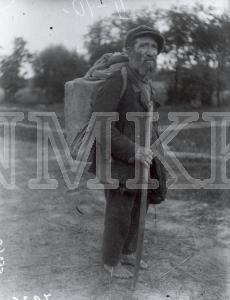 Fotonegatīvs. Uz lauku ceļa Ilūkstes apriņķa Gārsenes pagastā&sastapts ebrejs.