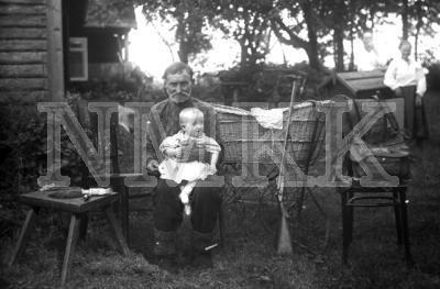 Fotonegatīvs. Vectēvs auklē mazmeitiņu Daugavpils apriņķa Rudzētu pagasta Vydu sādžā.