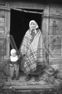 Fotonegatīvs. Vēcāmāte ar mazdēlu Tukuma apriņķa Lestenes pagasta Saliņu-Pūpju mājās.
