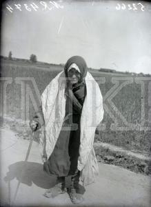 Fotonegatīvs. Uz lauku ceļa Rēzeknes apriņķa Stirnienas pagastā sastapta veca māmuļa.