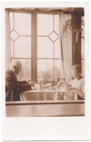 <b>Jānis un Ida Saujiņi pie brokastu galda></b>