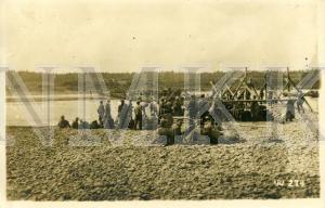 ATKLĀTNE: Vācijas armijas karavīri un cariskās Krievijas armijas karagūstekņi, būvējot tiltu pār Daugavu pie Ikšķiles ; ATKLĀTNE: Vācijas armijas karavīri un cariskās Krievijas armijas karagūstekņi, būvējot tiltu pār Daugavu pie Ikšķiles
