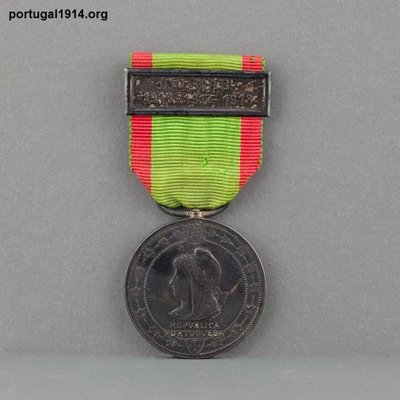 """Medalha """"No mar. 1916-1917-1918""""."""