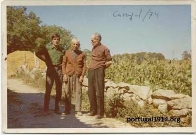 Foto tirada na sua aldeia (Carregal) acompanhado de um dos seus dez irmãos e um sobrinho