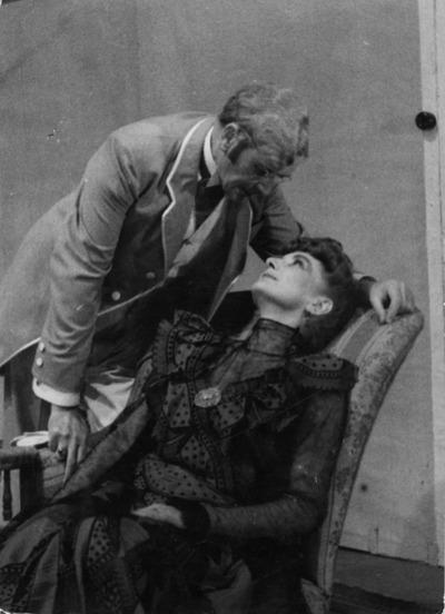 Lojze Drenovec kot Aleksej pl. Gornik in Sava Sever kot Helena Gruden: Ivan Cankar, Za narodov blagor, Drama SNG v Ljubljani, 1945