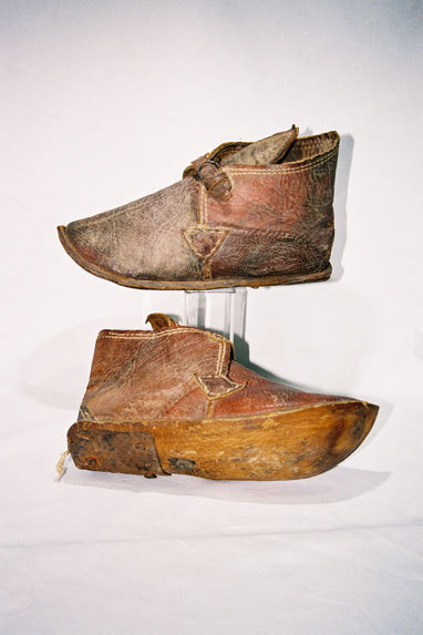 Bedouin tribe - Men's ankle boots with buckle closure.