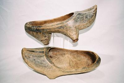 Men's tripod stilted wooden shoes.