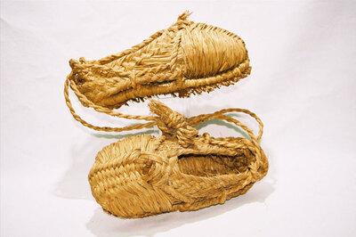 Men's snow shoes 'Wara gutsu'.