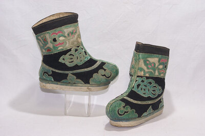 Childs ankle boots.