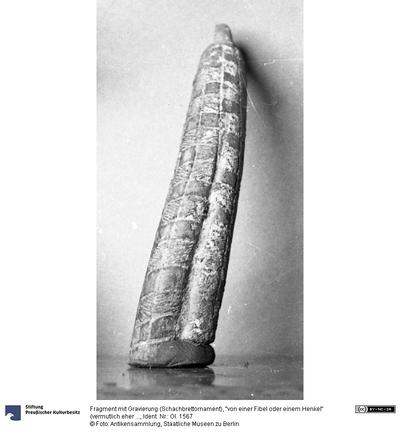 Fragment mit Gravierung (Schachbrettornament), von einer Fibel oder einem Henkel (vermutlich eher von einer Bronzestatue)
