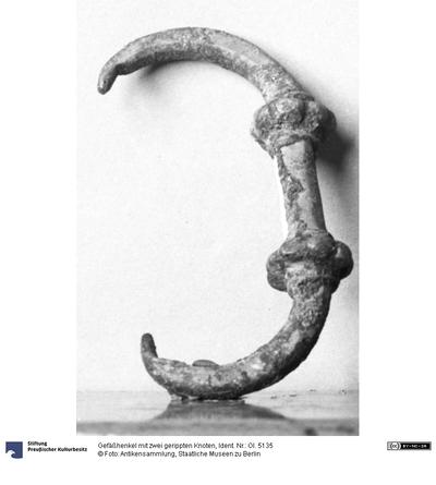 Gefäßhenkel mit zwei gerippten Knoten
