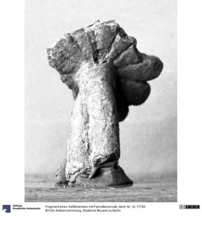 Fragment eines Gefäßhenkels mit Palmettenansatz