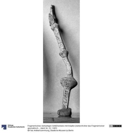 Fragment eines vierkantigen Gefäßhenkels mit Knöpfen (vielleicht eher das Fragment einer geometrischen Schmucknadel)