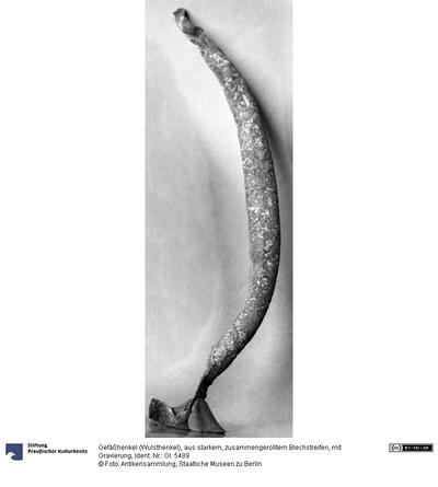 Gefäßhenkel (Wulsthenkel), aus starkem, zusammengerolltem Blechstreifen, mit Gravierung