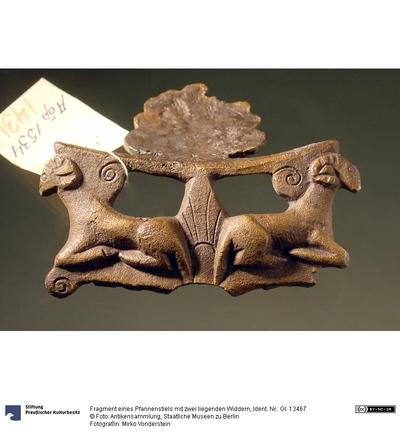 Fragment eines Pfannenstiels mit zwei liegenden Widdern