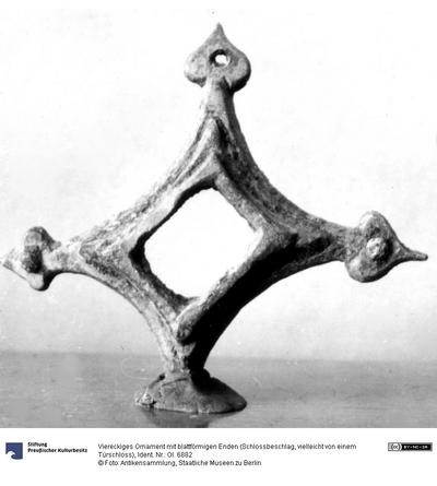 Viereckiges Ornament mit blattförmigen Enden (Schlossbeschlag, vielleicht von einem Türschloss)