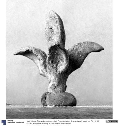 Vierblättrige Blumenkrone (vermutlich Fragment einer Bronzestatue)