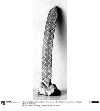 Stab mit Zickzack-Ornament, an beiden Enden gebrochen (von einem kleinen Dreifuß)