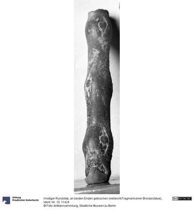 Knotiger Rundstab, an beiden Enden gebrochen (vielleicht Fragment einer Bronzestatue)