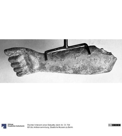 Rechter Unterarm einer Statuette