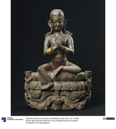 Sitzende weibliche Holz-Figur mit Metall-Armring