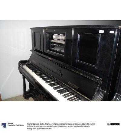 Pianino mit pneumatischer Spielvorrichtung
