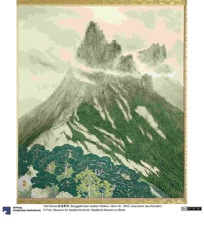 Berggipfel über weißen Wolken