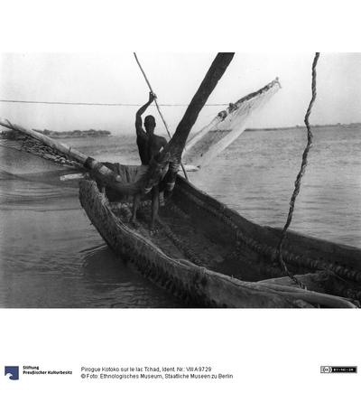 Pirogue Kotoko sur le lac Tchad
