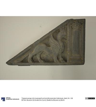 Treppenwange mit Löwengreif und korinthisierender Halbsäule