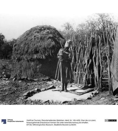 Werft bei Tsumeb. Reisstampfendes Mädchen
