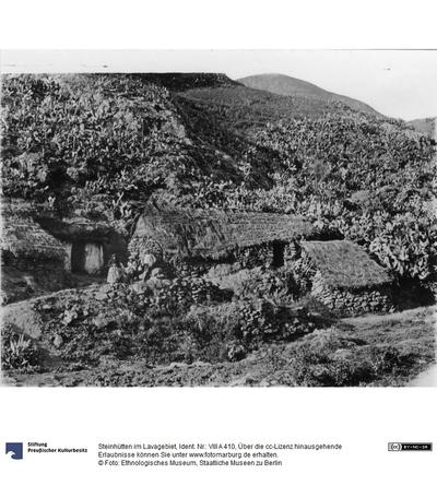 Steinhütten im Lavagebiet