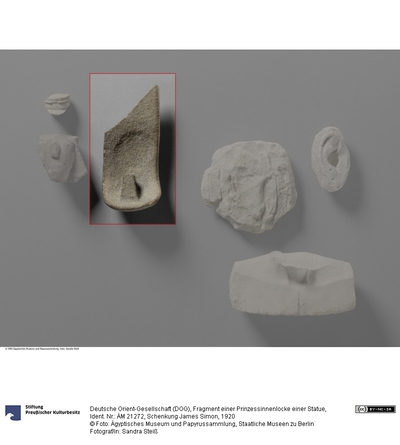 Fragment einer Prinzessinnenlocke einer Statue