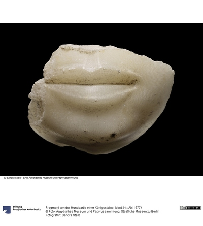Fragment von der Mundpartie einer Königsstatue