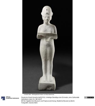 Unfertige Statue Echnatons, stehend mit einer Opferplatte in den Händen
