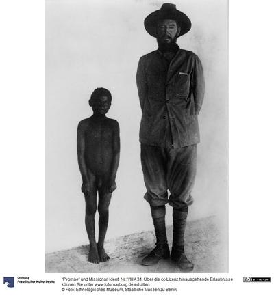 Pygmäe und Missionar