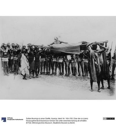 Sultan Musinga in einer Sänfte, Nyanza