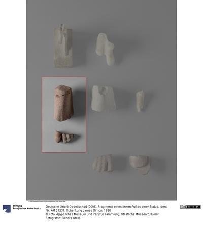 Fragmente eines linken Fußes einer Statue