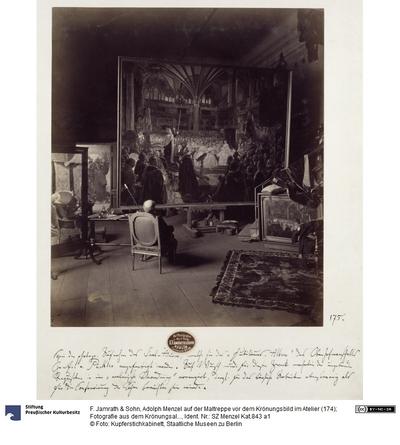 Adolph Menzel auf der Maltreppe vor dem Krönungsbild im Atelier (174); Fotografie aus dem Krönungsalbum