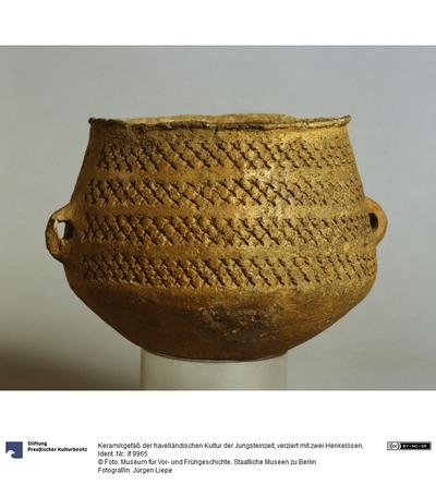 Keramikgefäß der havelländischen Kultur der Jungsteinzeit, verziert mit zwei Henkelösen