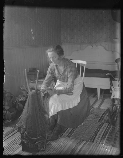 Anna Hellström vid bindtjugan boende (reparerande) skötar.